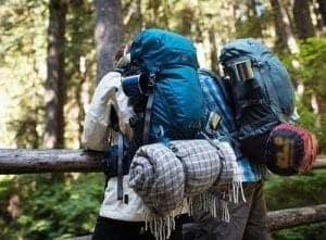 Zwei Backpacker mit Rucksack auf Reisen
